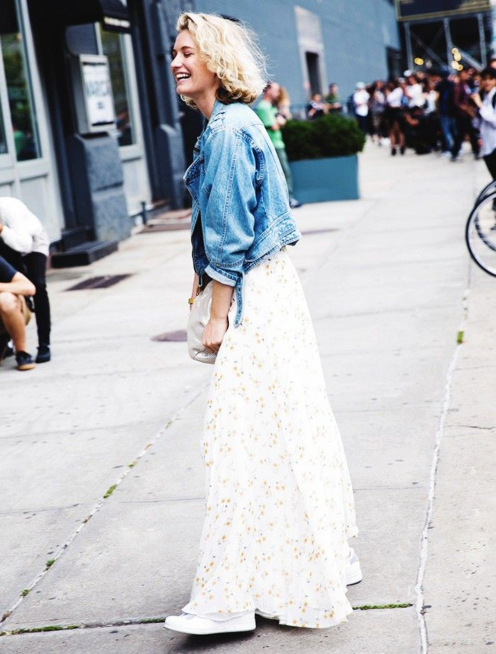 maxi-dress-denim-jacket-sneakers